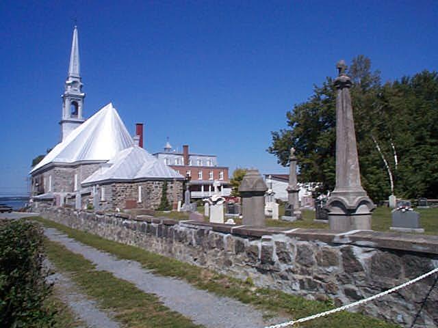 Église de Sainte-Angèle de Laval, vue arrière et cimetière